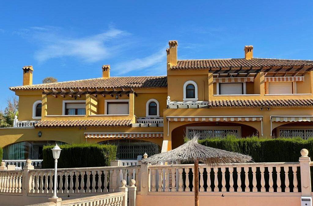 Doppelhaushälfte mit schöner Aussicht, 600 Meter vom Strand von Calpe entfernt.