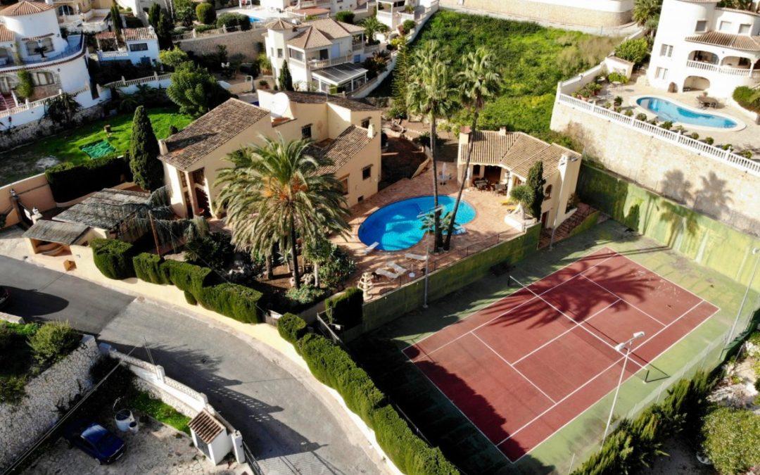 Magnífica villa en venta en Benissa Costa a pocos metros de la playa y con pista de tenis